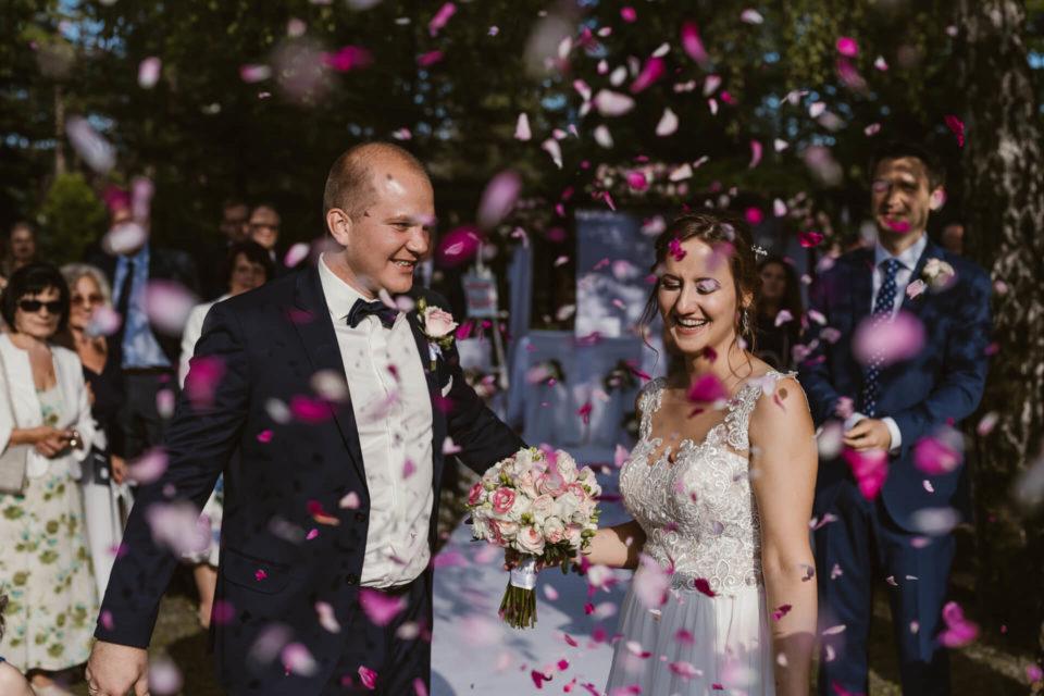 płatki róż na ślubie