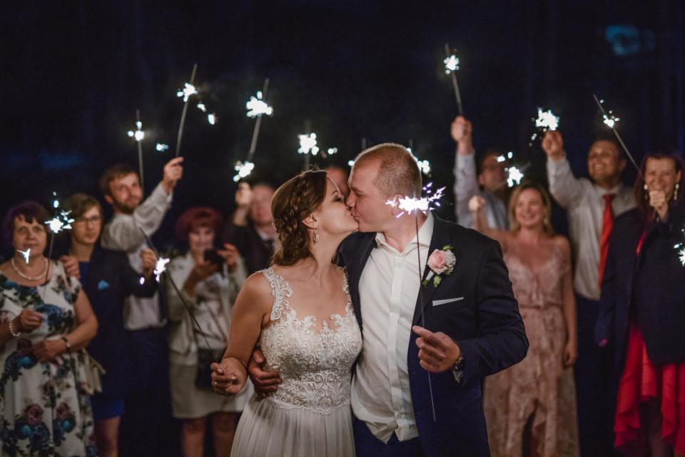 sesja z zimnymi ogniami na weselu